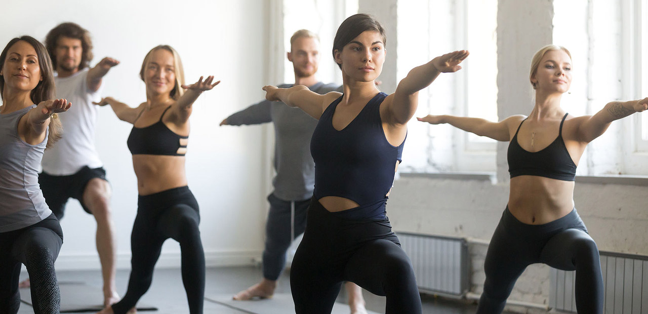 Junge Menschen machen Yoga