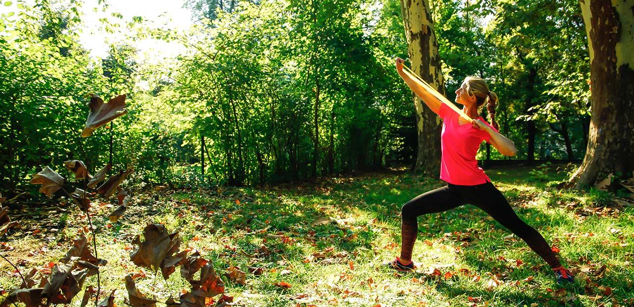 SuperWoman outdoor - Slideshow - Trainerin macht Fitnessübung im Freien