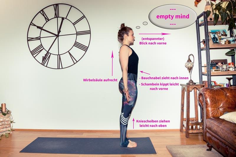 Yogatrainerin in aufrechter Position