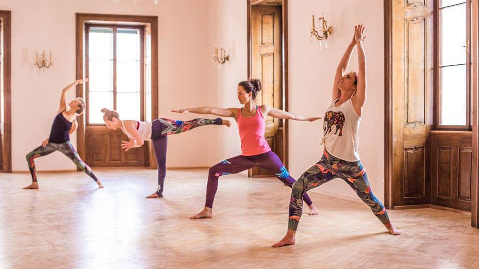 Yoga Weekend Vibes - Yoga Trainerinnen zeigen Übungen
