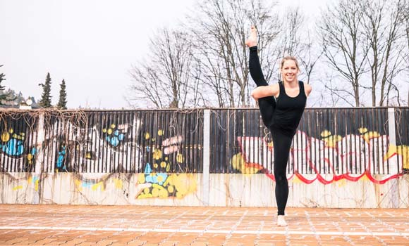 Trainerin macht Yoga Übung