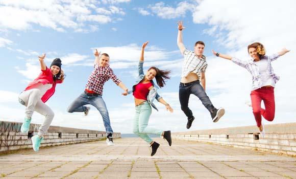5 junge Menschen springen
