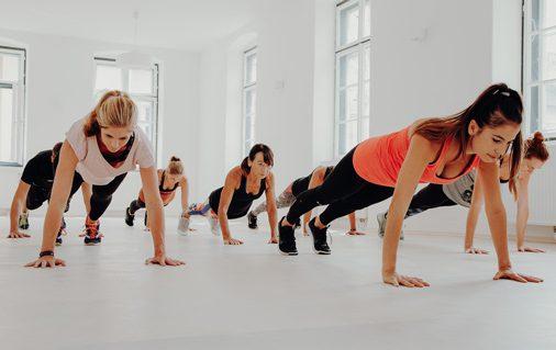 Teilnehmer Athletic Yoga in der Planke