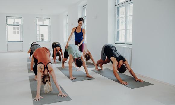 Yoga Trainerin mit Hands on beim Basic Yoga
