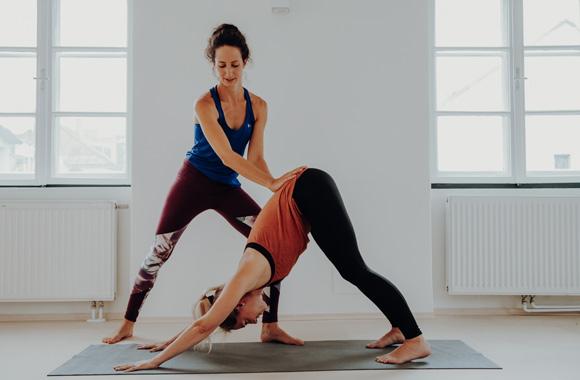 Rückenfit & Stretch - 2 Yogis beim Trainieren
