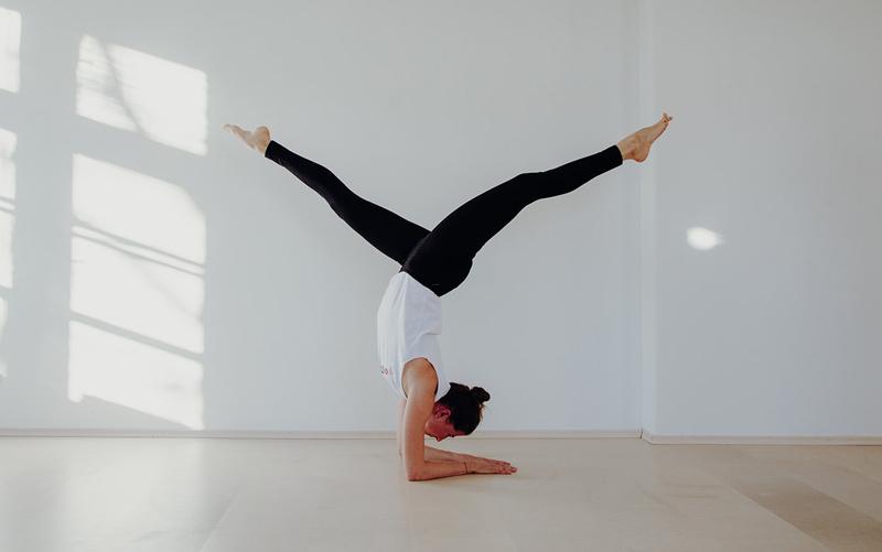 Yoga Trainerin Valentina Allesch in Action