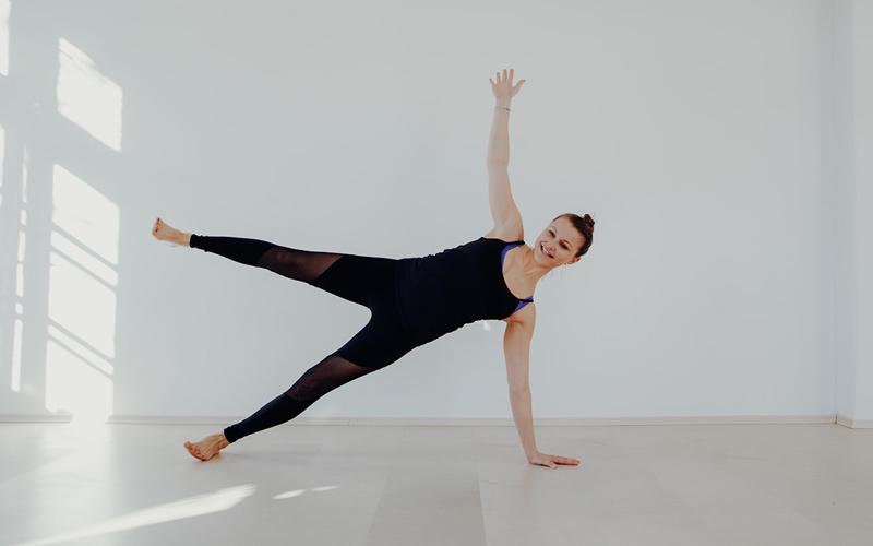 Yoga Trainerin Katharina Hubel in Action