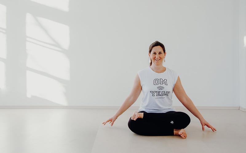 Yoga-Trainerin Sara Katu in Pose