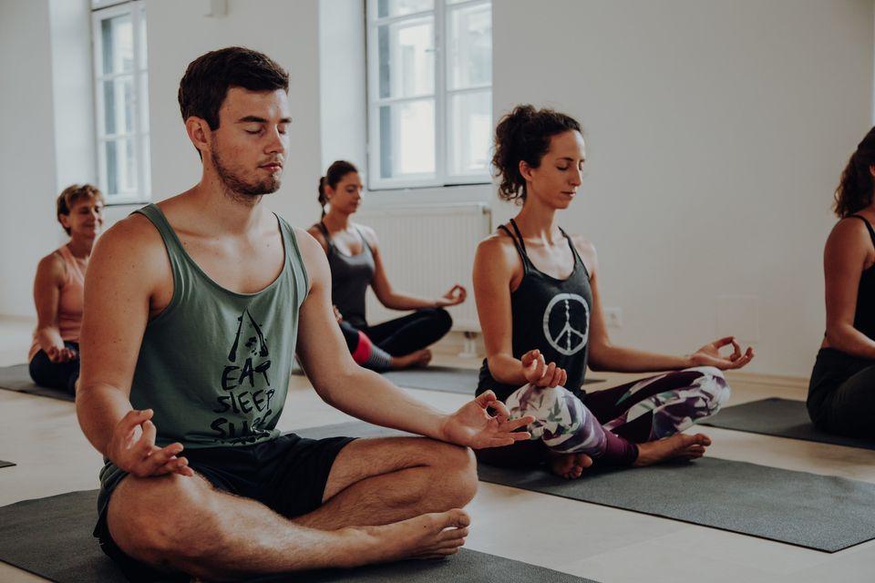 teilnehmer beim meditation yoga sunday