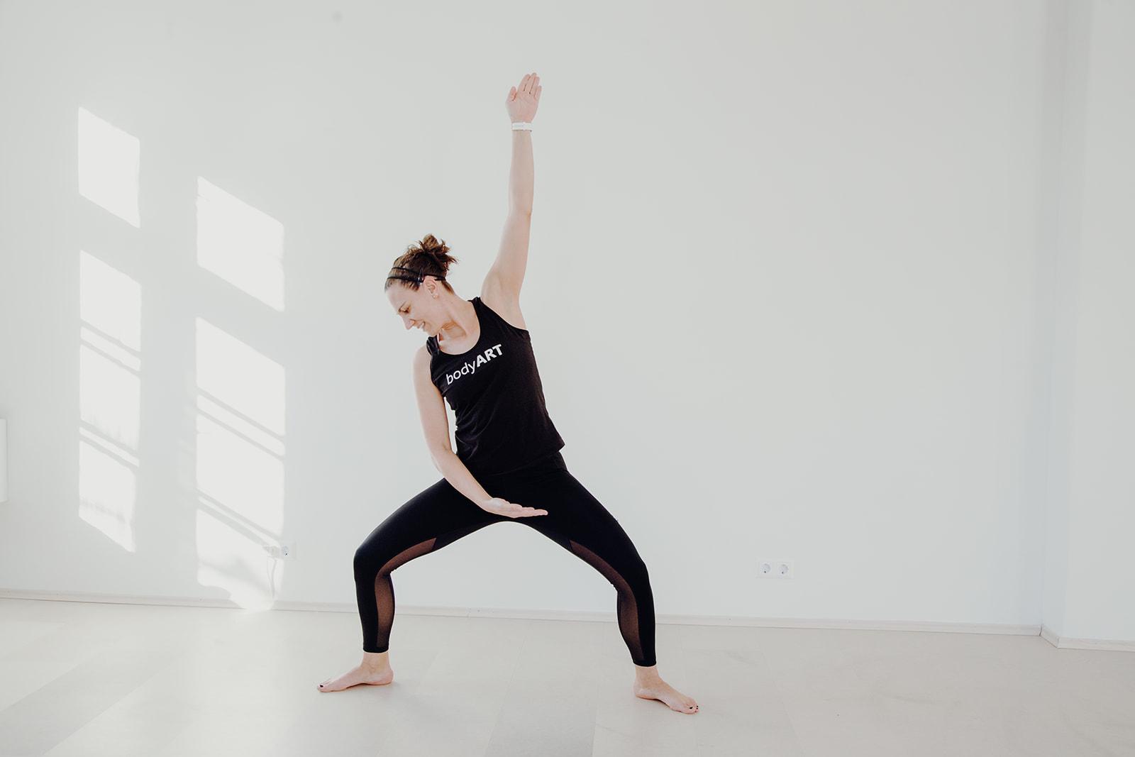 Trainerin Kerstin zeigt beim Bodyart Fitnesstraining die richtigen Moves vor
