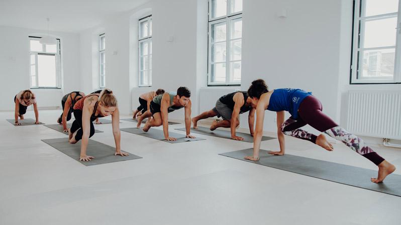 Fitness Trainerin gibt gemeinsam mit Teilnehmern beim HIIT High Intensity Intervall Training im Superactive Studio richtig Gas
