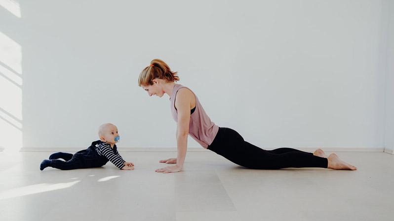Fitness Trainerin Manu mit Baby beim SuperMama Fitness Kurs im Superactive Studio