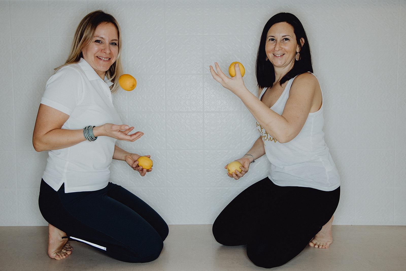 Fastentrainerin und Yogatrainerin mit Orangen